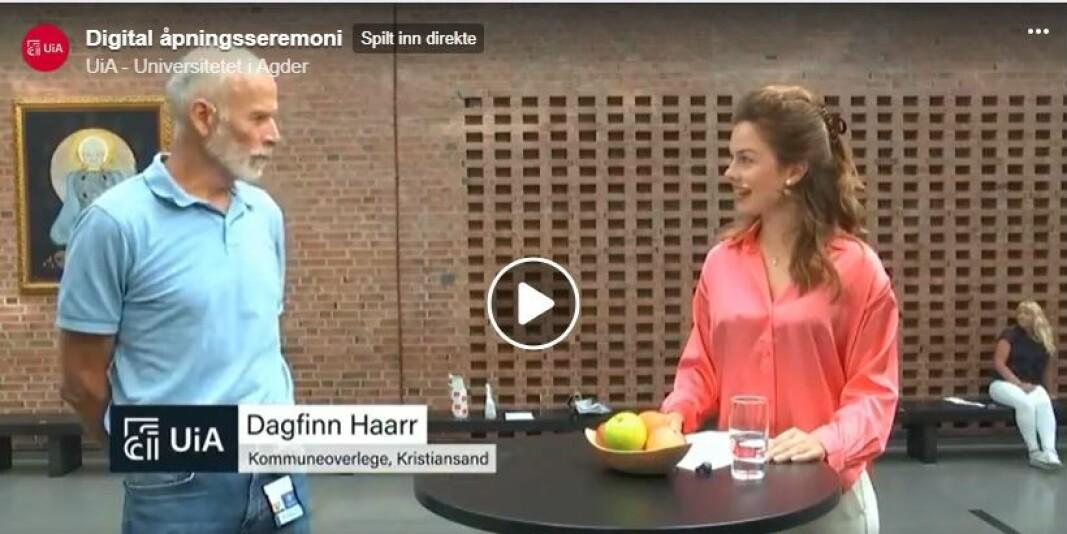 Smittevernoverlege Dagfinn Haarr i Kristiansand kom med et morsomt, medisinsk innslag om smittevern under åpningsseremonien ved Universitetet i Agder. Her blir han intervjuet av programleder Helga Farestveit