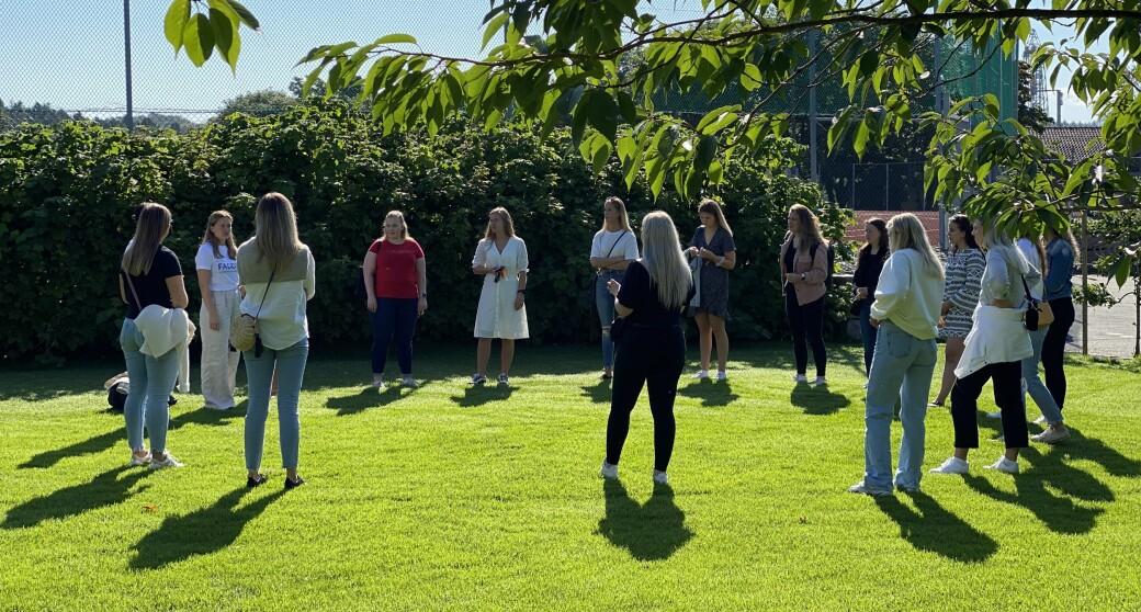 En gruppe førsteårsstudenter og faddere samles på plenen ved Universitetet i Stavanger under studiestarten i fjor, som på grunn av koronapandemien naturligvis ble av det spesielle slaget. Hva får pandemien å si for den økonomiske fremtiden til disse personene, og samfunnet ellers?