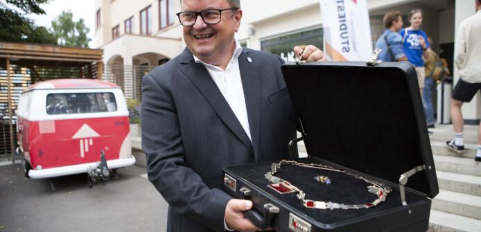 Rektor Arne Krumsvik med ny sveis og rektorkjedet i en koffert.