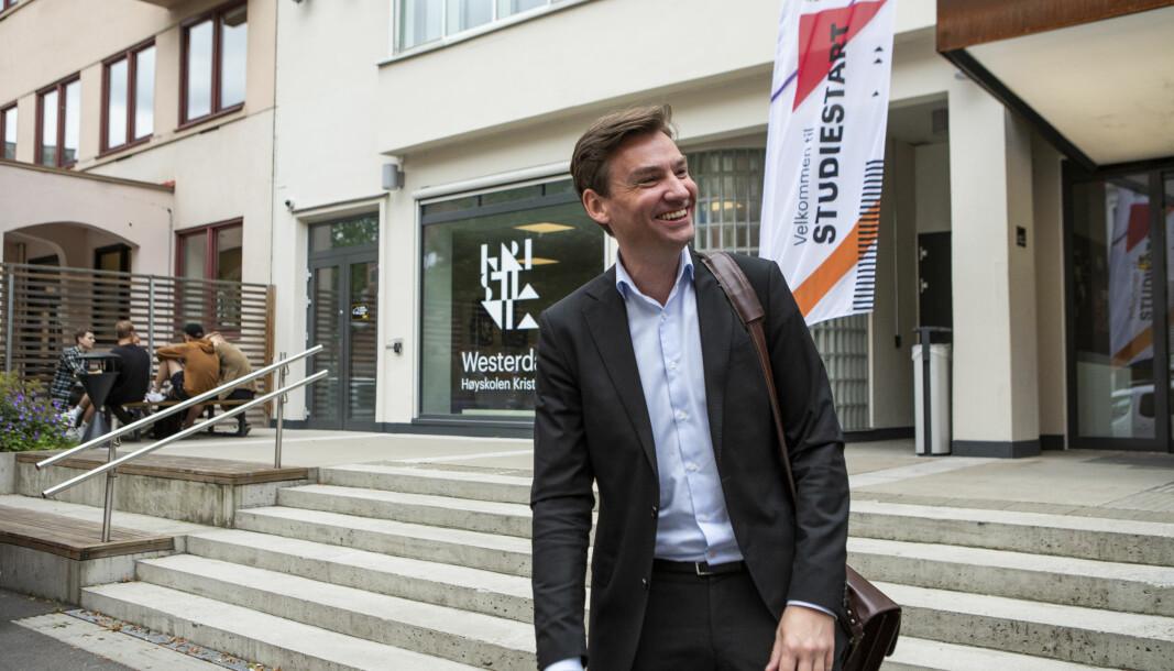 Forskning- og høyere utdanningsminister Henrik Asheim utenfor Høyskolen Kristiania ved studiestart i 2020.