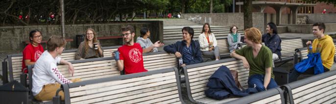 Disse studentene på Universitetet i Oslo holder i hvert fall avstandsreglene her.