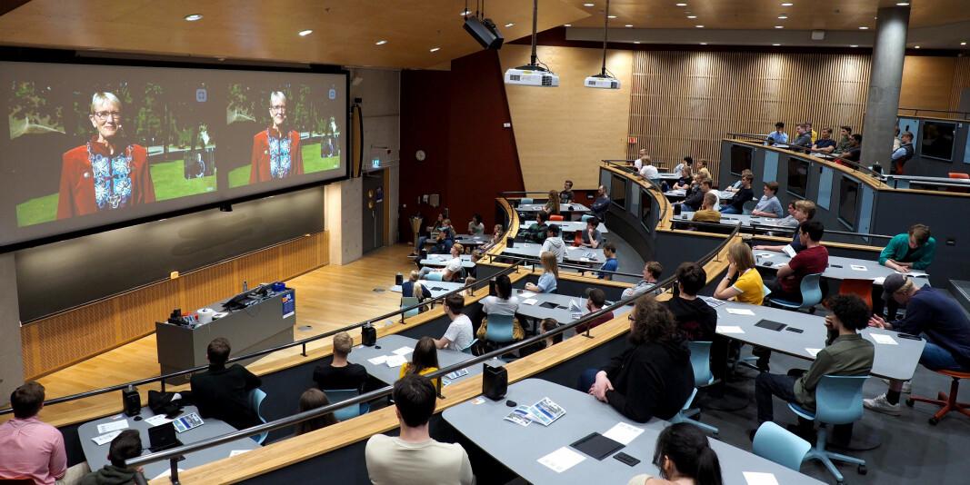 Flere studenter ved NTNU følgte den digitale åpningsseremonien i et av auditoriene til universitetet mandag.