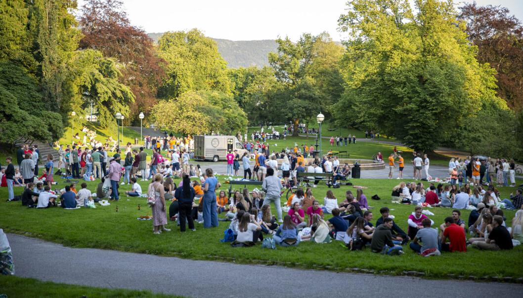 Studentar i Bergen festa i Nygårdsparken måndag. Tysdag vart det klart at ein studentane som var her, er koronasmitta.