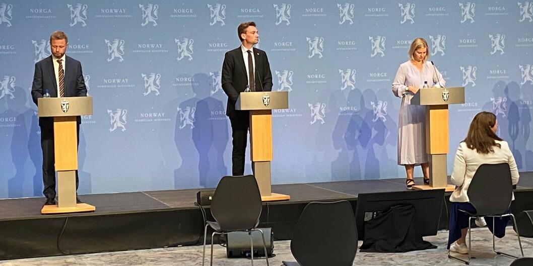 De unge fikk flere formaninger på tirsdagens pressekonferanse. F.v.: Helseminister, Bent Høie, forsknings- og høyere utdanningsminister, Henrik Asheim og kunnskapsminister, Guri Melby.