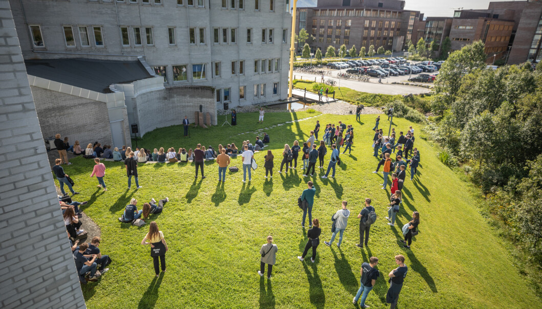 Kan studentene som sliter med å komme inn på arbeidsmarkedet, finne midlertidig ansettelse ved utdanningsinstitusjonene? Bildet er tatt ved semesterstart i Tromsø.