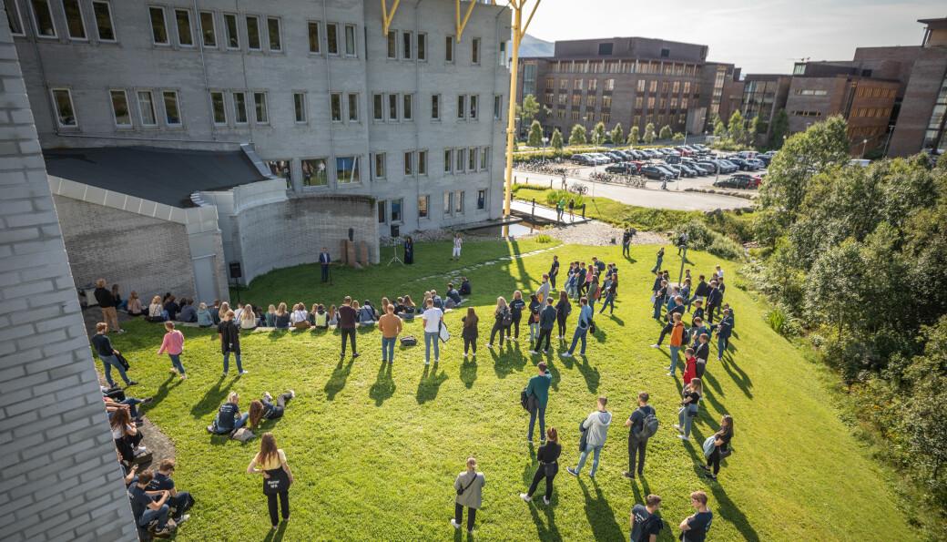 Når du flytter til en ny by uten venner og skal i gang med den sosialetableringen, gjør ikke pandemien akkurat underverker, skriver Meyer Ødegård ved Universitetet i Agder. Bildet er fra fadderuken i Tromsø 2020.