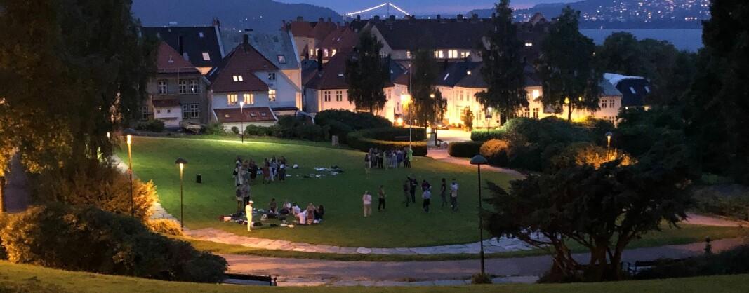 Finvêrsdagar i Bergen har fått studentane til å finna saman i parkane i byen, slik som her, under fadderveka i fjor