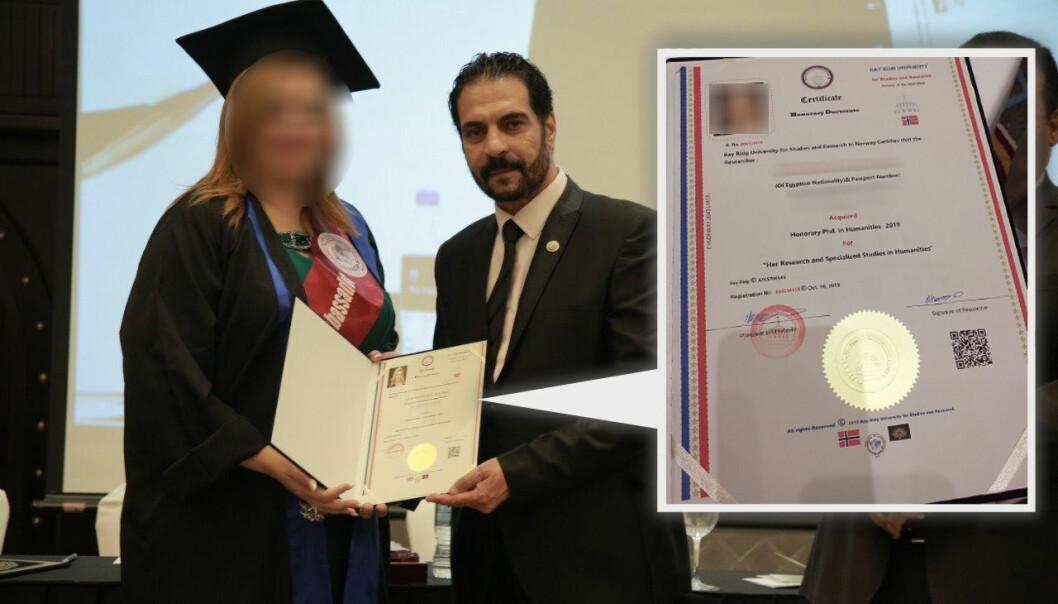 En kvinne mottar et diplom fra Tarek Ibrahims Bay Ridge University i fjor høst.