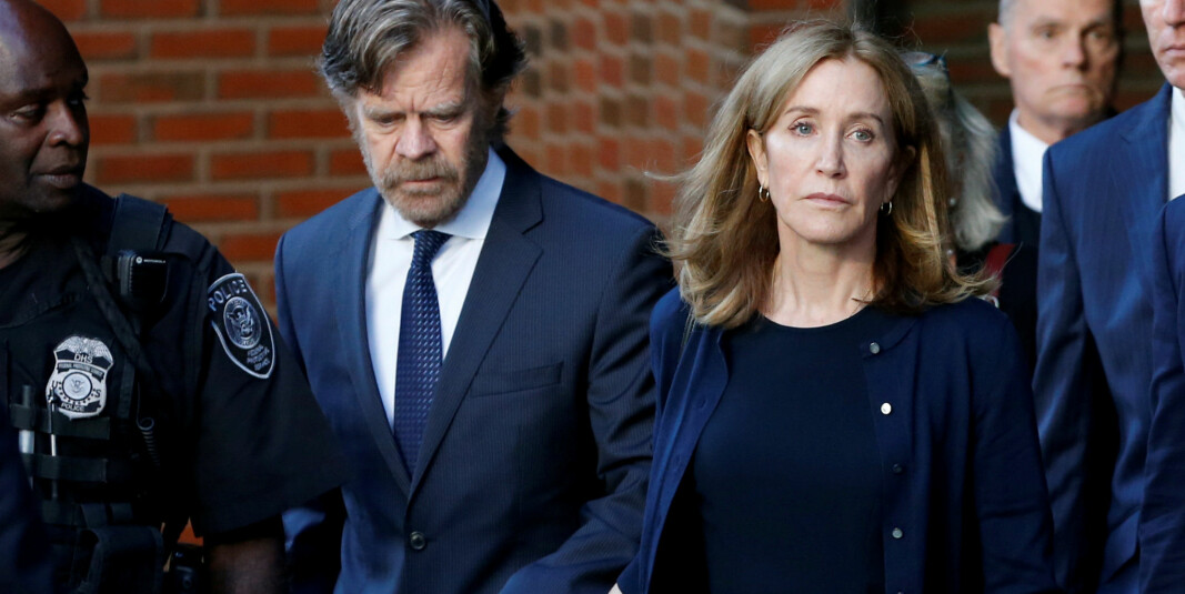 Felicity Huffman sammen med ektemannen William H. Macy etter hun ble dømt i en skandale som har rystet amerikanske universiteter. Macy var ikke innblandet.