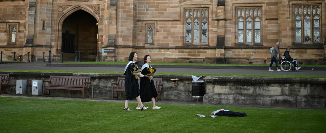 Kinesiske studenter utenfor University of Sydney i juli. Fall i internasjonale studenter gir økonomisk nedtur for universitetene.