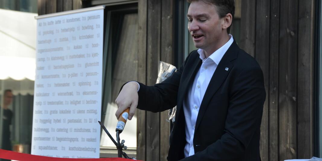 Forskings- og høgare utdanningsminister Henrik Asheim hadde fått ei skikkeleg saks då han klipte den raude snora i Stavanger.