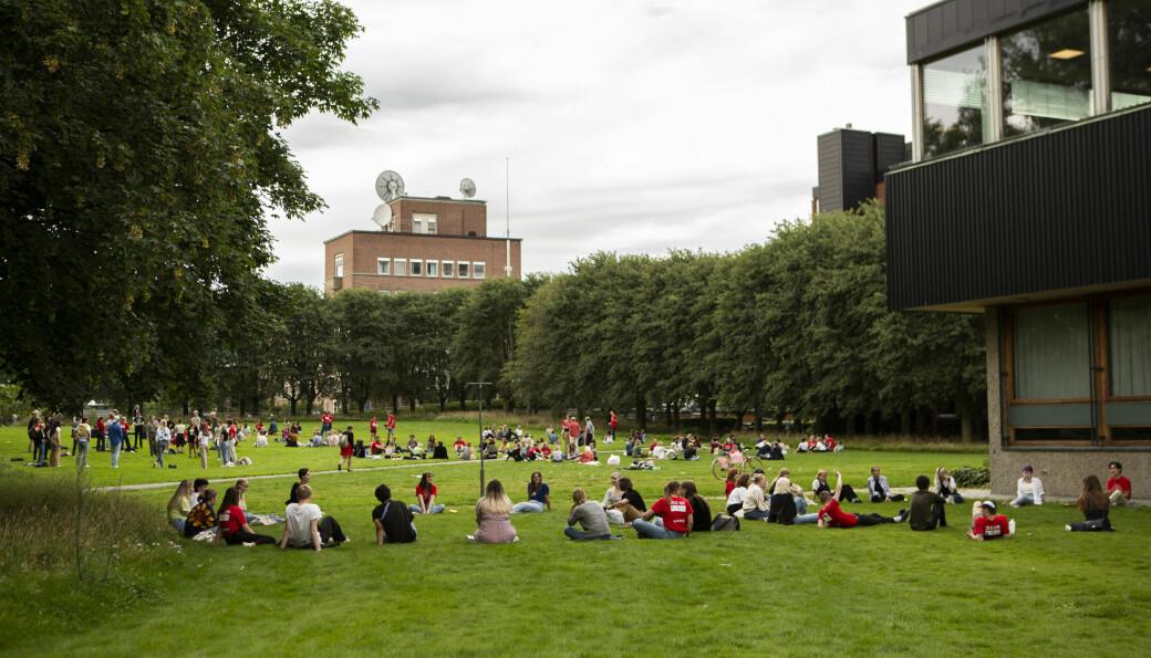 Studenter og unge, friske mennesker, her representert ved en gruppe studenter fra Universitetet i Oslo under årets studiestart, må belage seg på å vente lengst av alle på de kommende koronavaksinene.