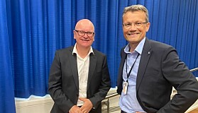 Egil Andre Aas i LO Stat og arbeidsgivers forhandlingsleder, personaldirektør i staten, Gisle Norheim (t.h.). .