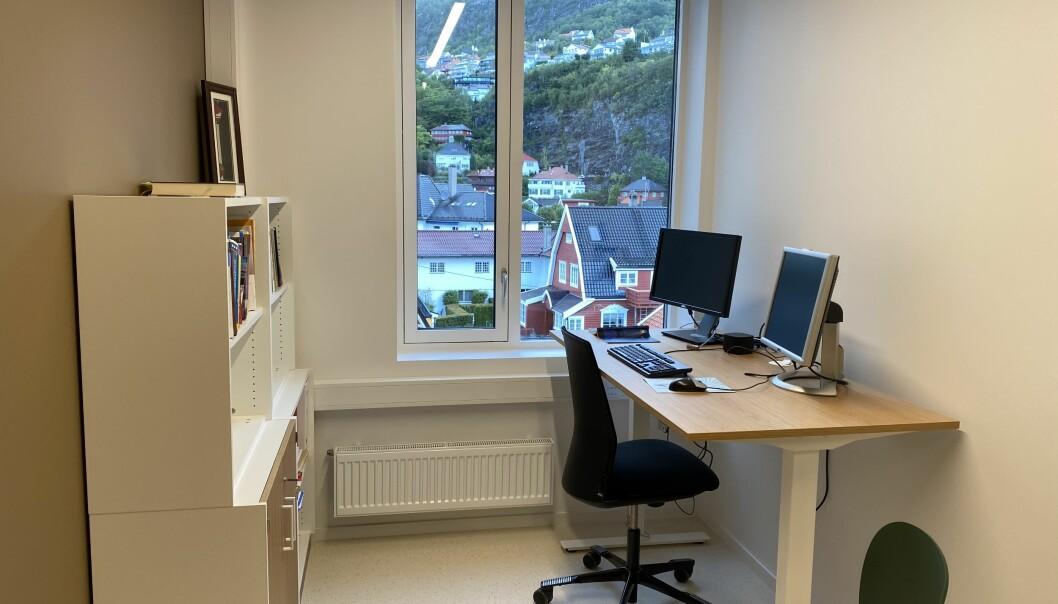 En svensk studie viser ikke forskjell i tilbøyelighet til å møte syk på jobb mellom enekontor og kontorlandskap.