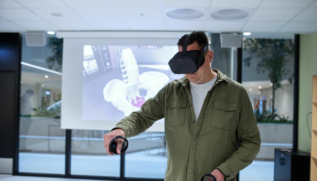 På læringslaben i HVL sitt nybygg skal ny teknologi som brukast i skule og helsevesen utforskast av studentar og ansatte. Her viser ein korleis Virtual Reality brukast i anatomilære.