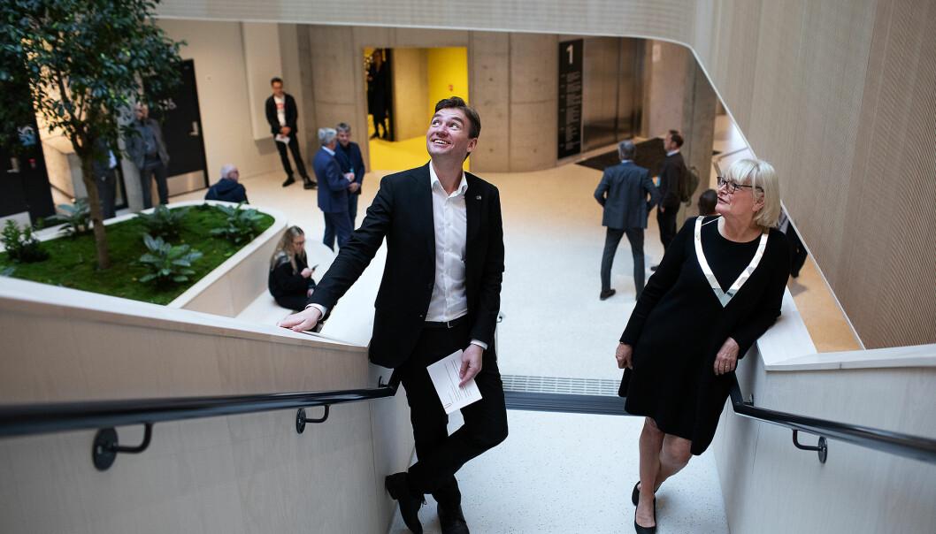Storfornøgd minister Henrik Asheim og HVL-rektor Berit Rokne tek ein kik på nybygget som vart opna i dag.