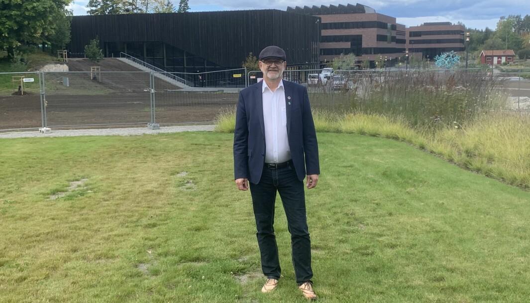 Sjur Baardsen, rektor på NMBU, gjør alt han kan for å sikre overtakelse av det nye Veterinærbygget ( i bakgrunnen) 1. november og studiestart samme sted i januar 2021.