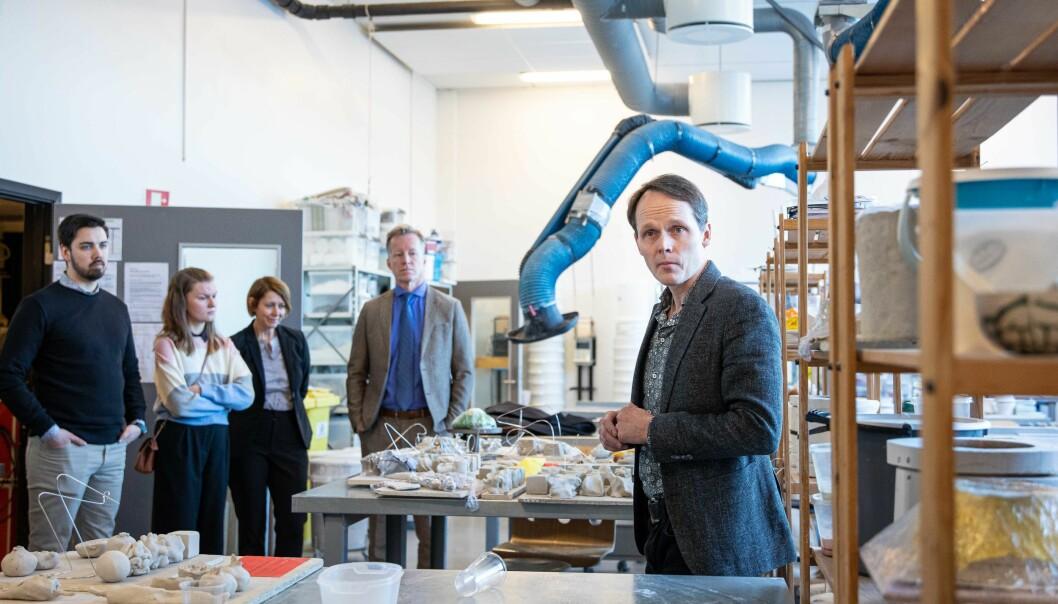 Styret ved OsloMet på omvisning i lokalene på Kjeller rett for koronakrisen inntraff. Instituttleder Einar Stoltenberg viser styret lokalene til produktdesign.