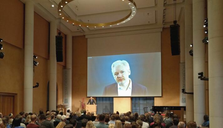 Holbergprisen fekk sterk kritikk frå aviskommentatorar etter at Julian Assange vart invitert til Holbergdebatten i Bergen i 2017.