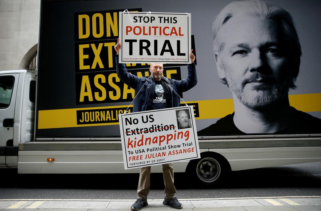 Ein demonstrant utanfor tinghuset i the Old Bailey i London der utleveringshøyringane mot Julian Assange begynte denne veka. Blir han utlevert til USA, kan han bli tiltalt for spionasje og risikerer ein dom på 175 års fengsel.