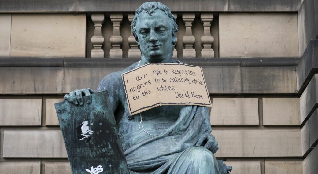 Filosofen David Hume fekk ei snakkeboble rundt halsen under Black Lives Matter-demonstrasjonar i Edinburgh i juni. No har aksjonistar ved Universitetet i Edinburgh fått universitetsleiinga med på å endre namnet på ei av bygningane sine, som er kalla opp etter Hume.