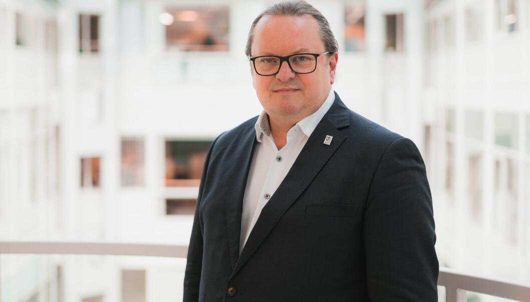Arne H. Krumsvik, rektor på Høyskolen Kristiania, slår til lyd for å endre kravene om universitetsgodkjenning sammen med fire andre høgskole-rektorer. De mener dagens krav favoriserer de store byene.