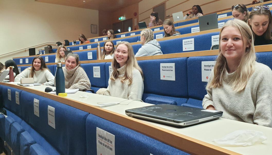 Bachelorstudenter i spesialpedagogikk ved Universitetet i Oslo har kun èn forelesning med fysisk oppmøte i uka. Fra høyre: Silje Sofie Løken, Dina Gros Martinsen, Maren Mohn og Karia Reinertsen.