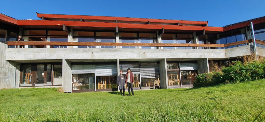 Studentane Astri Sofie Heen (22) og Haavard Lund Sunde Løftingsbakken (28) angrar verken på at dei valde Rauland som studiestad eller at dei blei verande i den vesle fjellbygda då samfunnet stengde ned i vår. På Rauland føler dei seg trygge.