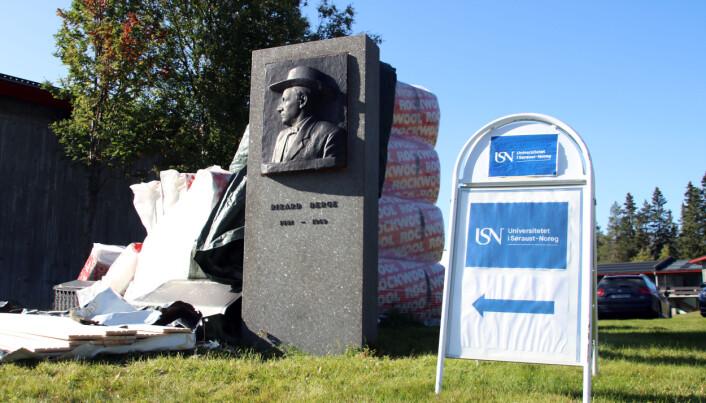 Velkommen til Universitetet i Søraust-Noreg, campus Rauland. Ved inngangen står statuen av den norske folkemusikaren og forskaren Rikard Berge (1981-1969), som var fødd og oppvaksen på Rauland.