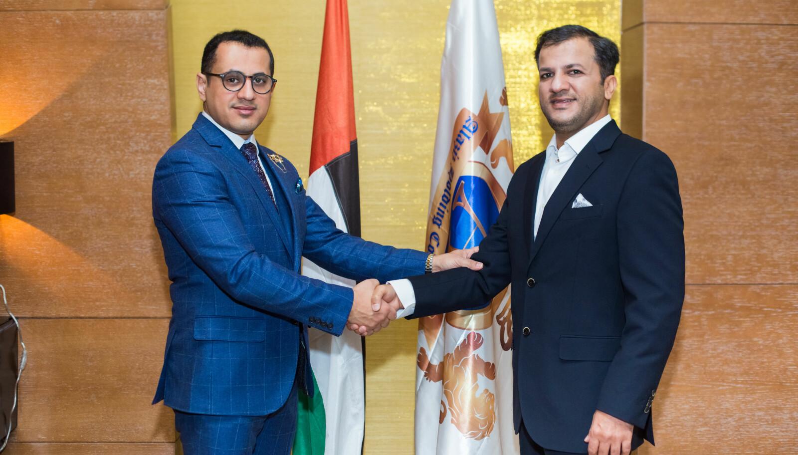 Talal Al Hammadi (til høyre) har flere grader fra instituttet han selv oppgir å eie deler av — og som ble opprettet av Azab Alaziz-Alhashemi. Her fra et arrangement flere av Alaziz-Alhashemis organisasjoner skal ha holdt i Baku i Aserbajdsjan.