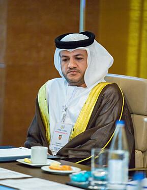 Talal Al Hammadi. Rundt halsen bærer han logoen til en menneskerettighetsorganisasjon registrert på Hamar.