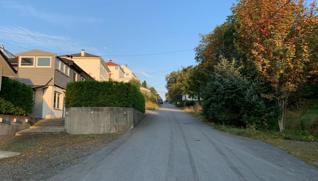 Den avdøde kvinnen og den siktede mannen bodde i en leilighet i denne gaten på Eidsvågsneset i bydelen Åsane like nord for Bergen sentrum.