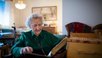 """Else Wold Dønnum leser i dagbøkene fra """"Kjøttgryta"""" som Khrono hadde med til henne i på Hamar i 2013."""