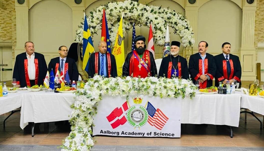 Slik så det ut da Benjamin Atas (i midten) biskop i en ortodoks kirke i Sverige, mottok sin professortittel fra danske Aalborg Academy of Science. Til venstre for Atas og med blå skjrote og slips, står akademiets president Talal Al-Nadawy.