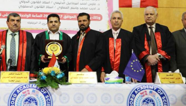 Tidligere innenriksminister Qasim al-Araji (med grønn jakkekant) mottar et master-diplom fra Aalborg Academy of Science - i Irak.