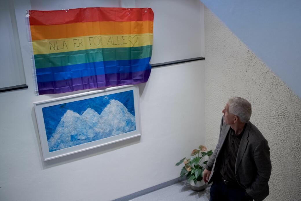 Ved NLA Høgskolen har noen hengt opp et regnbueflagg med teksten «NLA er for alle», etter den siste tids kontroverser.