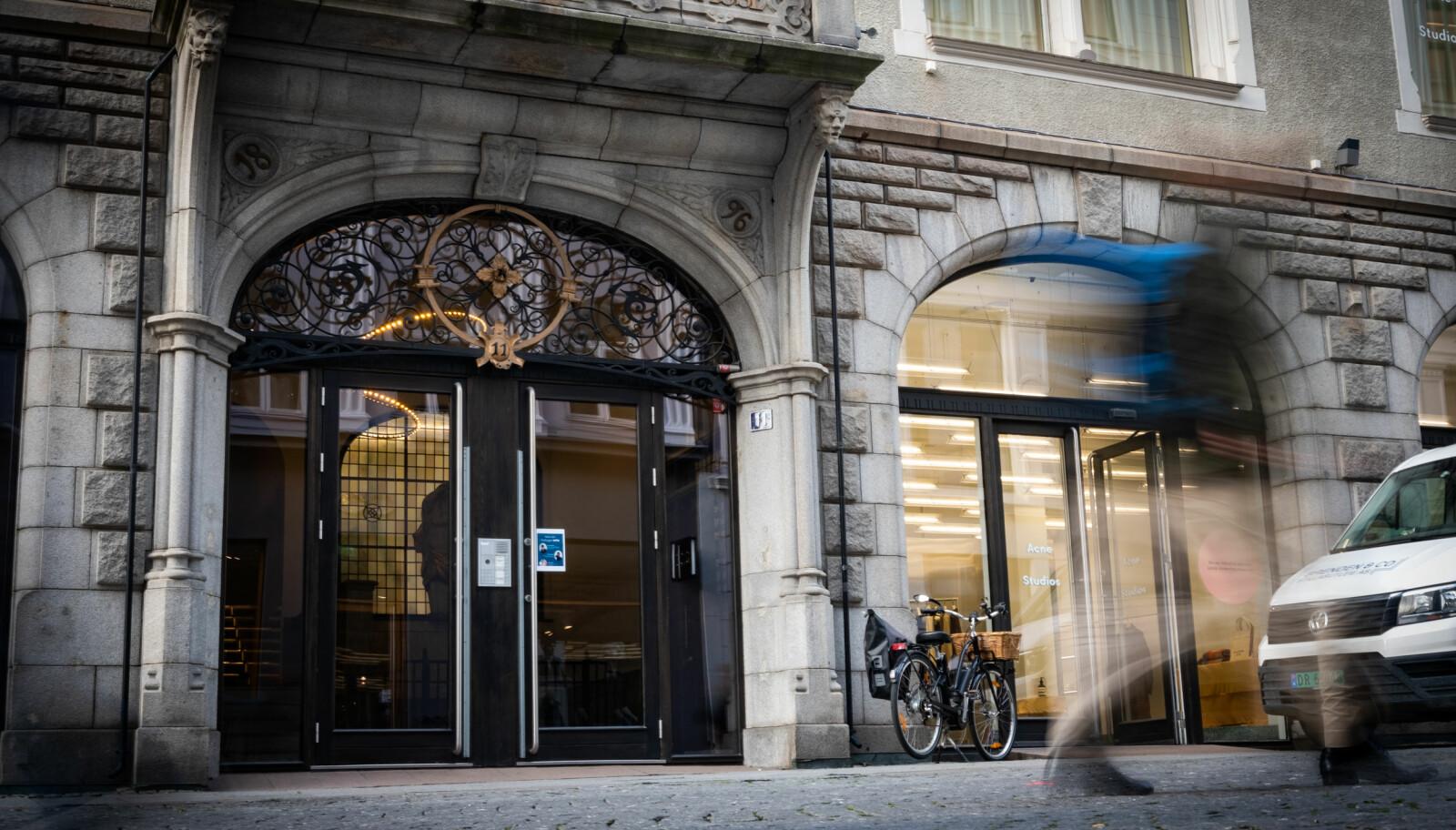 Norsk Studentforening er registrert på Øvre Slottsgate 11 i Oslo, omgitt av Karl Johan og Stortinget. Navnet til foreningen står imidlertid ikke på ringeklokka.