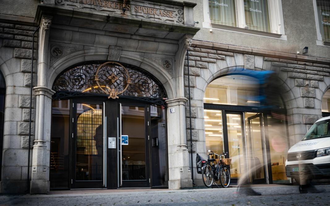 I Øver Vollgate i Oslo, vegg i vegg med Stortinget, har Norsk Studentforening sin postadresse. Men foreningens navn står ikke på ringeklokkene.