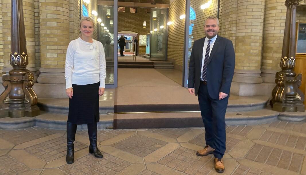 Nina Sandberg (Ap) og Roy Steffensen (Frp) på Stortinget under budsjettframleggingen. Deres partier åpner for en koronapause i effektiviserings-kuttene