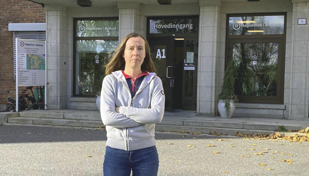 Kristin Annabella Kristiansen er bekymret for tomme campuser – her foran hovedinngangen ved Høgskolen i Østfold.