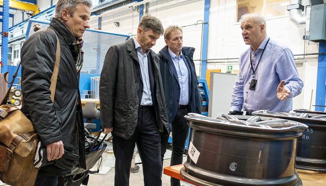 Magnus Langseth (til høyre) er professor og direktør ved SFI Casa, Institutt for konstruksjonsteknikk ved NTNU. Her guider han en delegasjon fra Hydro rundt i krasj-laboratoriet på Gløshaugen.