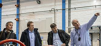 Magnus Langseth (til høyre) er professor og direktør ved SFI Casa, Institutt for konstruksjonsteknikk ved NTNU. Her guider han en delegasjon fra Hydro rundt i krasj-laboratoriet på Gløshaugen. (Foto: NTNU)