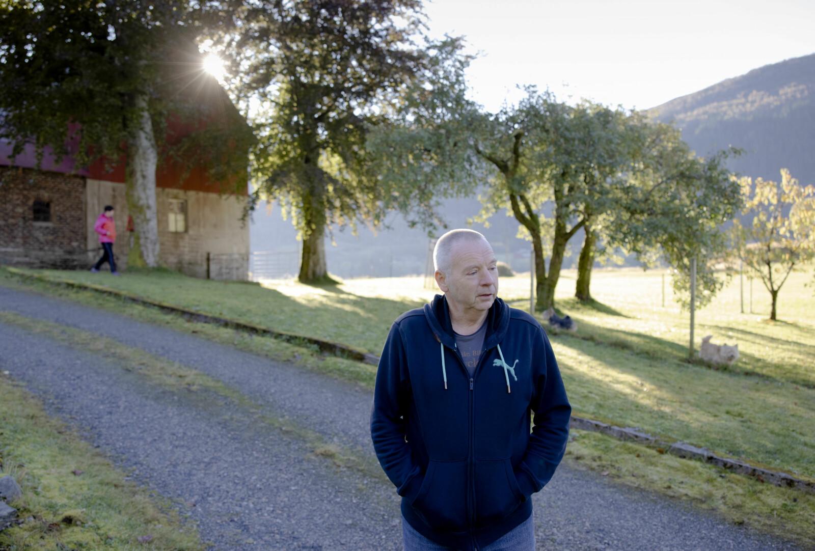 På morsgarden, ein naturskjøn flekk på planeten, bur Olav Martin Kvalheim og kona Tarja. Professoren frå Kjemisk institutt, der konsentrasjonen av «klimafornektarar» er høg, voks opp i byen, snakkar kav bergensk, men likar seg best på bygda