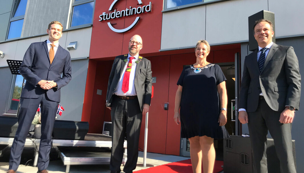 Studiestart 2020 var ikke som andre studiestarter. Her rektor Hanne Solheim Hansen (nummer to fra høyre), sammen med: Kristian Brunsvik Olsen (direktør Studentinord) Geir Waage (ordfører i Rana kommune) og Tomas Norvoll (fylkesråd i Nordland).