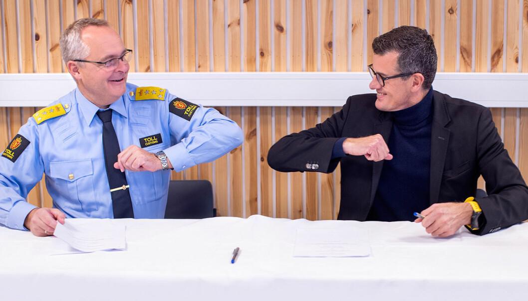 Fredag undertegnet tolldirektøren, Øystein Børmer (t.v.) og UiS-rektor Klaus Mohn en samarbeidsavtale om ny tollutdanning.