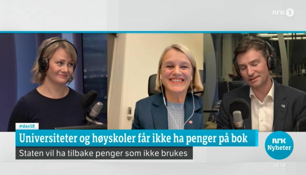 Universiteter- og høgskolers ubrukte midler ble debattert i NRKs Dagsnytt 18 onsdag. Sigrid Sollund var programleder (t.v.), med Nina Sandberg (Ap) og forsknings- og høyere utdanningsminister Henrik Asheim (H) i studio.