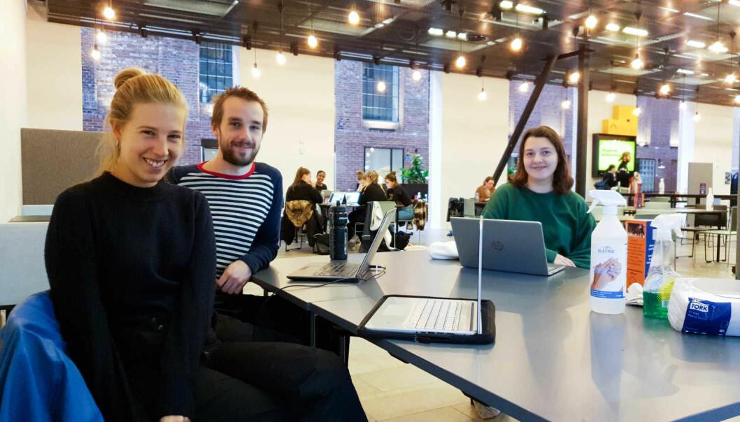 Johanne Haneberg (fra v.), Kristian Watvedt og Cecilie Mosfjeld er studenter ved OsloMet. Haneberg innrømmer at det er vanskelig å være student for tiden.