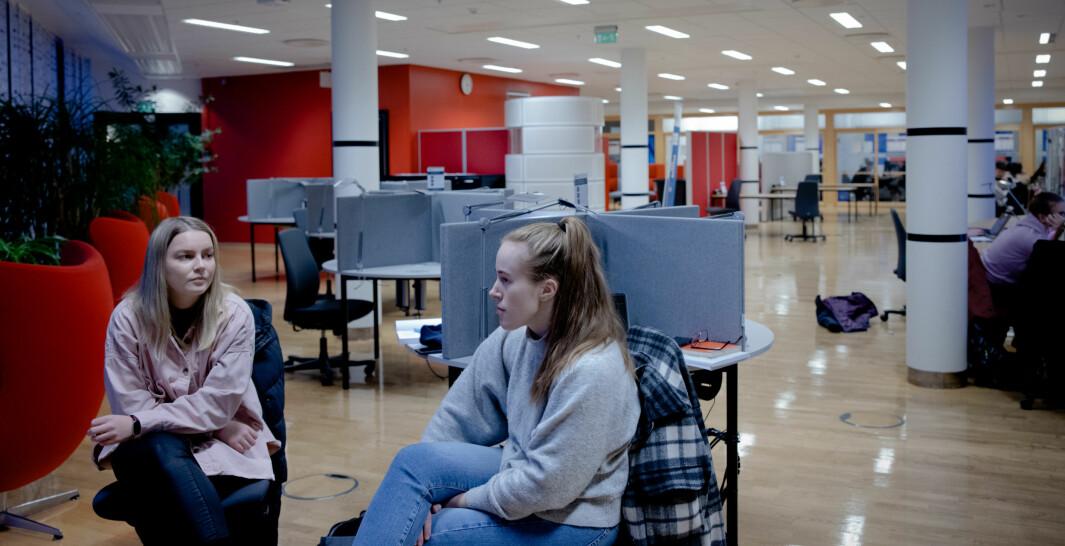Koronalivet er til å holde ut, mener politistudentene Kristina Ødegaard (til venstre) og Andrea Kristiansen Nøtnes. Også studentene må ta del i dugnaden og vise ansvar, mener de.