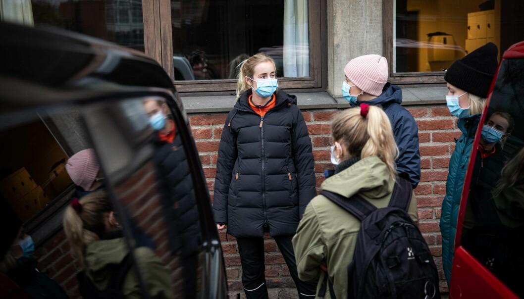 De fleste studentene er hjemmebasrte for tiden, men disse studentene på femte året som er på vei til eksursjon, forteller at de har endt opp med å være litt likegyldige til hele flytteprosessen. De av oss som fortsatt bor i Oslo håper jo bare vi kan fullføre her, sier femteårs-studentene.
