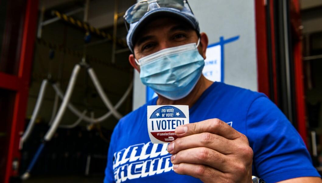En velger viser fram at han har stemt, i Miami i dag tirsdag 3. november.